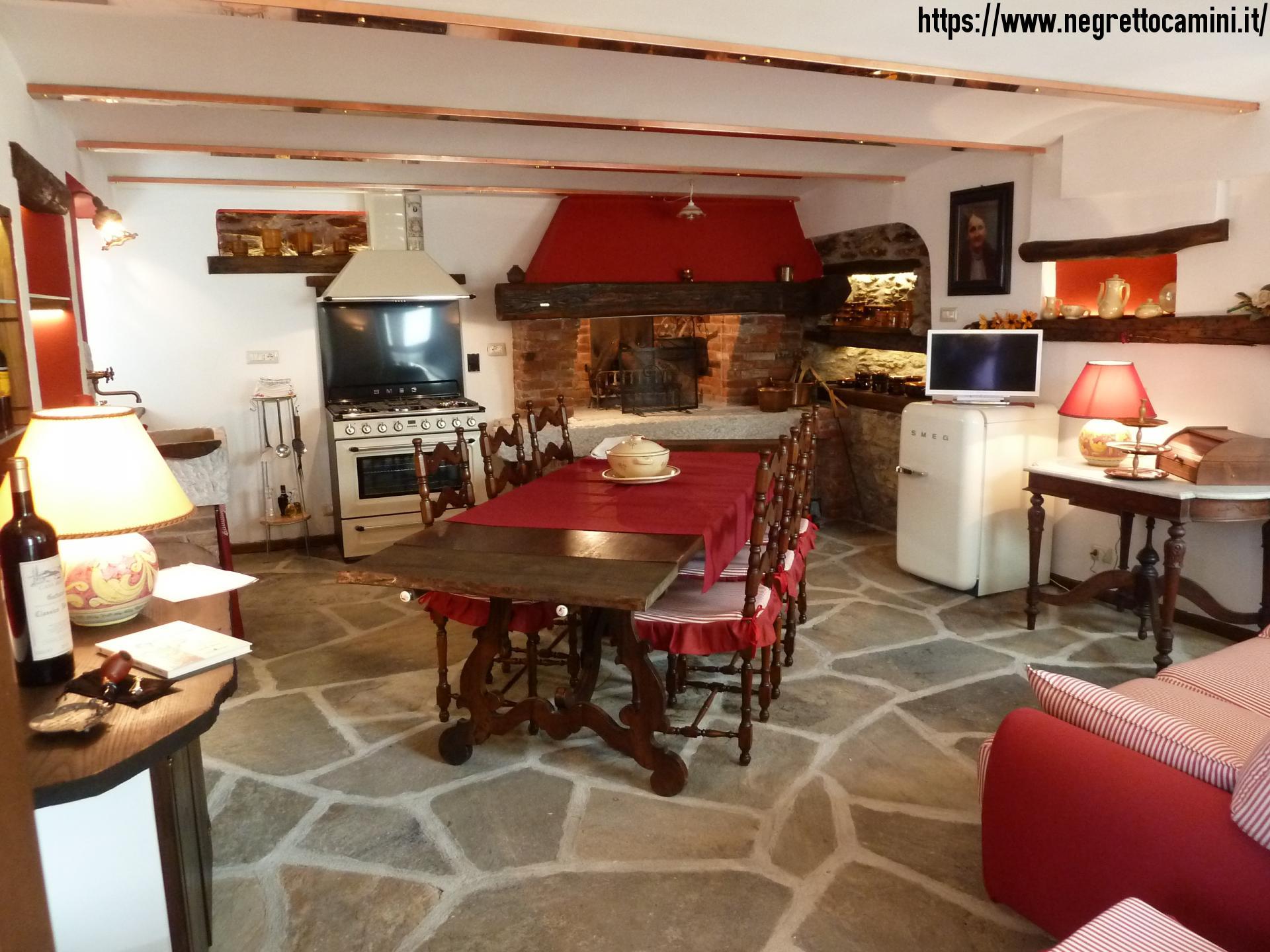 Camino rustico da taverna con secchiaio in marmo - Cucina per tavernetta ...