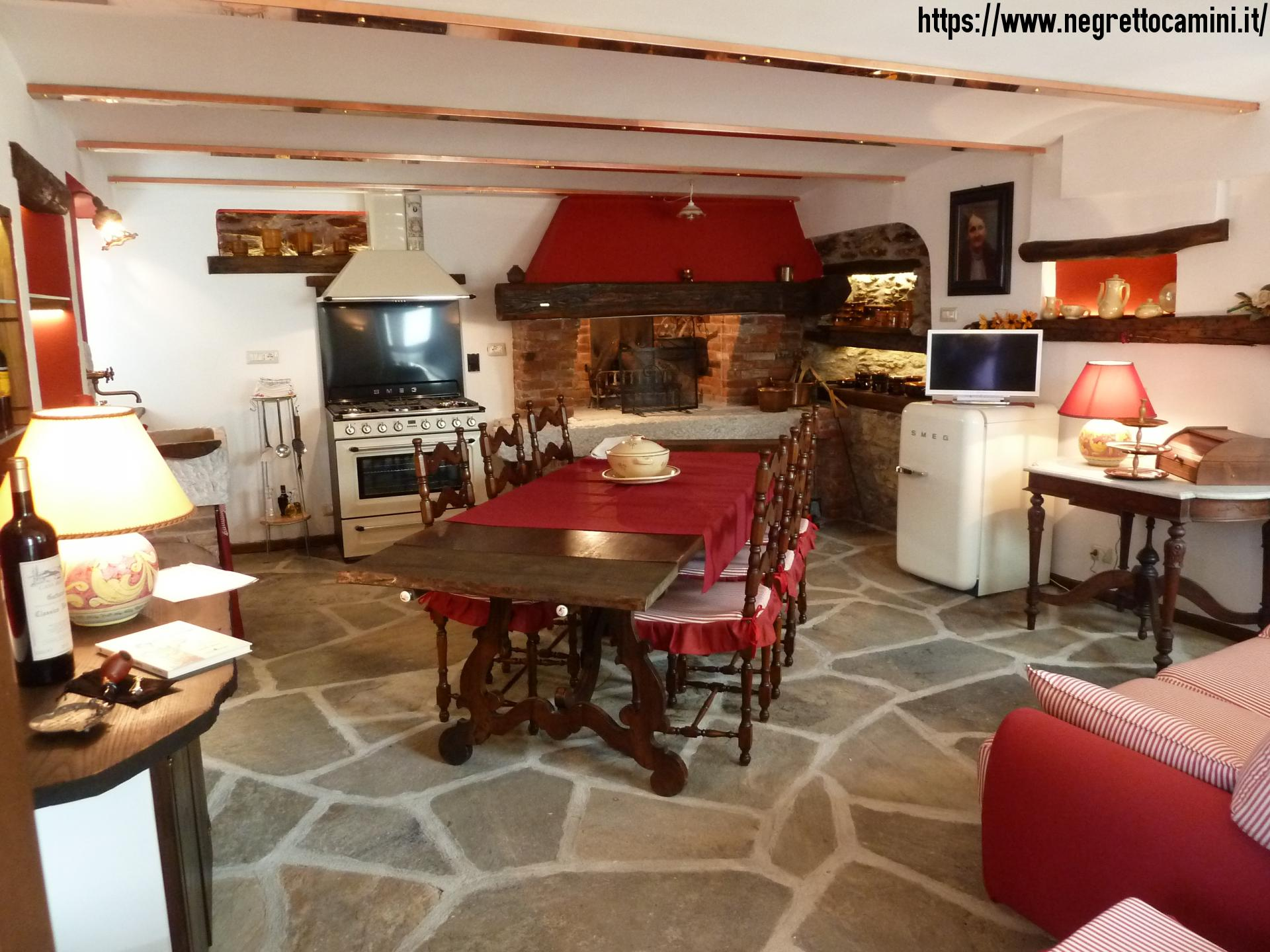 Camino rustico da taverna con secchiaio in marmo - Cucina per taverna ...