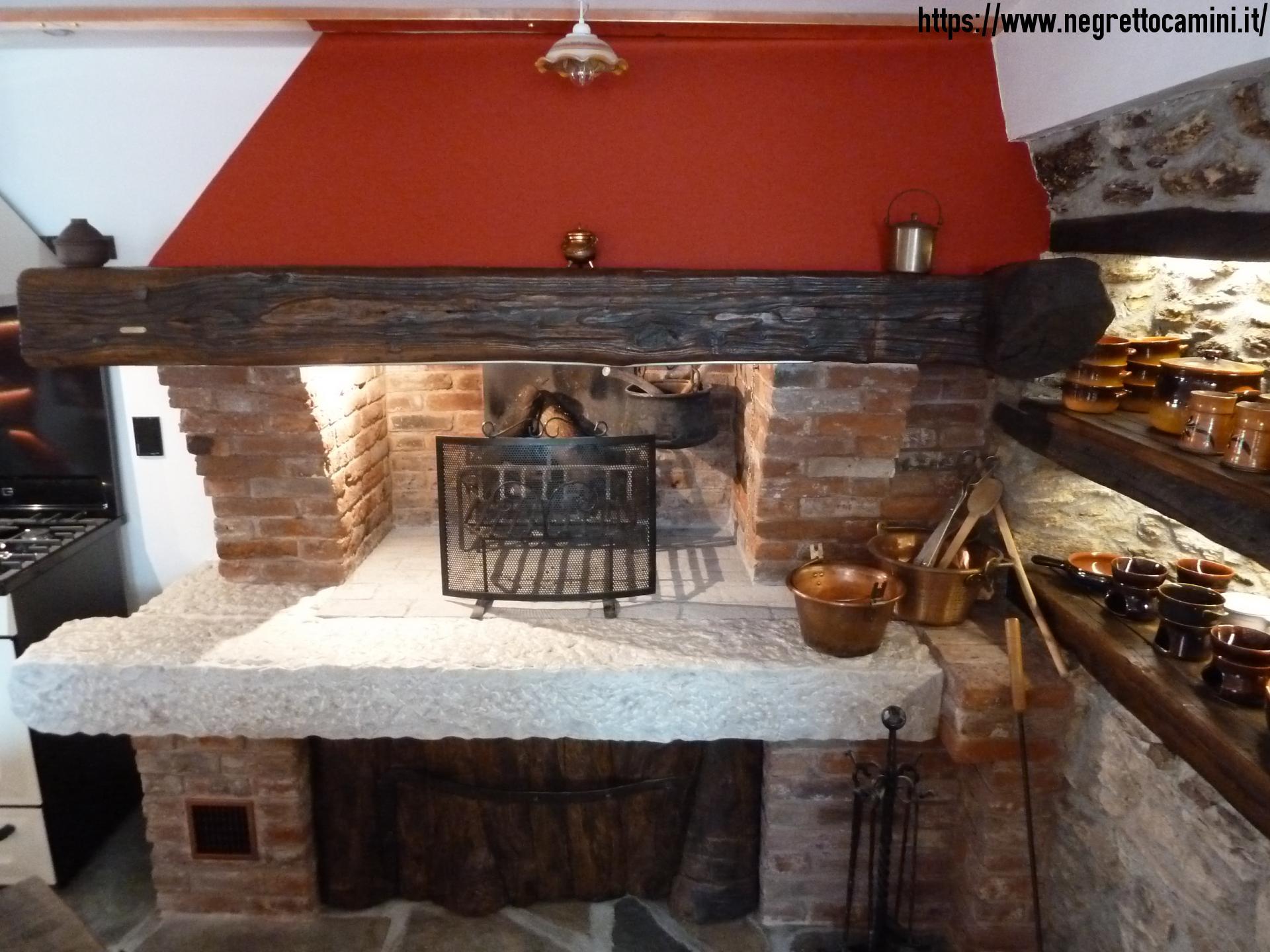 Camino rustico da taverna con secchiaio in marmo for Foto di taverne arredate